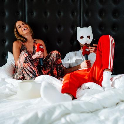planet radio-Moderatorin Boomchica Leni traf Sänger Cro zum Interview – im Bett. Fotos: planet radio