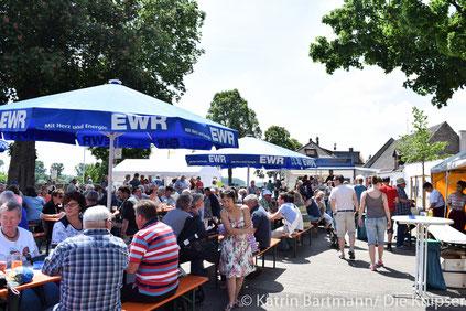 Bei wunderschönem Wetter kamen viele Radfahrer aus der ganzen Region vorbei, um sich zu stärken und die tolle Aussicht auf den Rhein zu genießen.