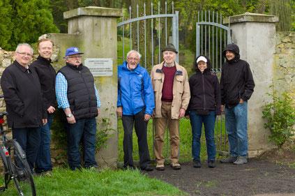 Trotz des miesen Wetters machten ehrenamtliche Helfer auf den Osthofener Judenfriedhof aufmerksam.