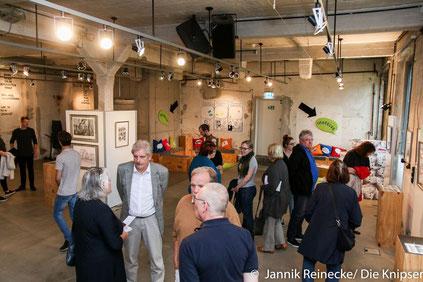 Zur Eröffnung der Ausstellung durch Roland Palandt fühlten sich viele hingezogen.