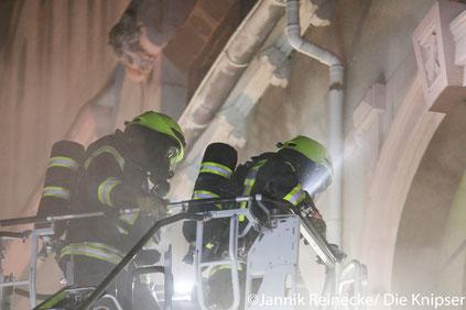 Bei dem Einsatz wurden 15 Personen mit Verdacht auf Rauchgasintoxikation ins Krankenhaus gebracht; ein Feuerwehrmann wurde leicht verletzt.