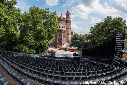 Auf der Tribüne werden während der Vorstellung gleichzeitig etwa 1000 Leute Platz finden.