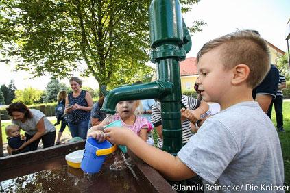 """Rund um das Thema """"Wasser"""" wurden den Kindern viele spaßige Möglichkeiten zum Austoben geboten."""