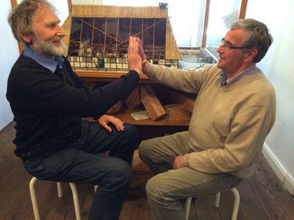 Zwei Museumsmitarbeiter beim Zimmermannsklatsch