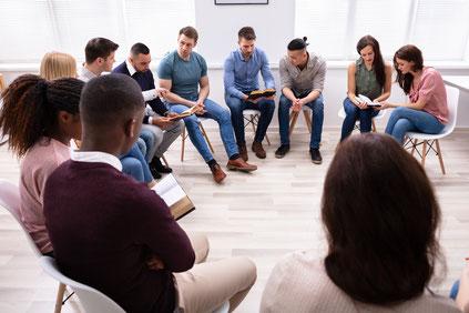 Multikulturelle Gruppe liest in der Bibel