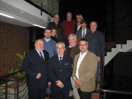 Vorne: Bernd Stienkemeier, Leiter Kreispolizeibehörde, Rüdiger Bruns, PHK, Markus Schiek, FDP-Fraktionsvorsitzender