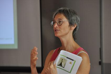 Christine Griot, ergothérapeute lors de sa conférence sur les aides techniques dont les déambulateurs
