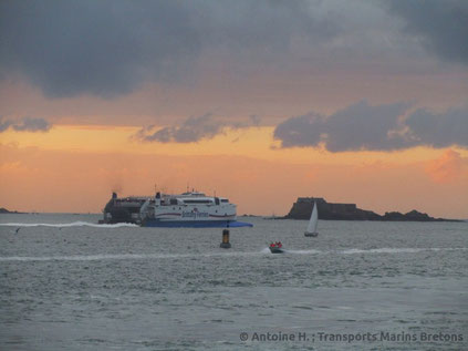 HSC Normandie Express quittant le port de Saint-Malo.