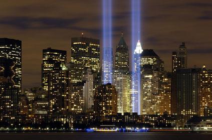 Gedenken an 9/11 mit zwei Lichttürmen