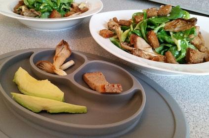 Rezept: Avocado mit Feldsalat, gerösteten Austernpilzen und Butter-Croutons