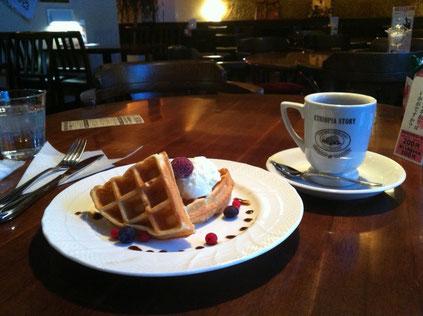 ベリーのワッフルと エチオピアコーヒー・コーヒーの発祥地ってエチオピアなのね