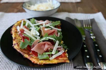 Low Carb Pizza mit Rucola, Parmaschinken und Parmesan