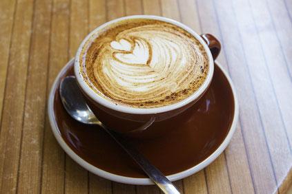 Cappuccino mit Herzmuster im Milchschaum