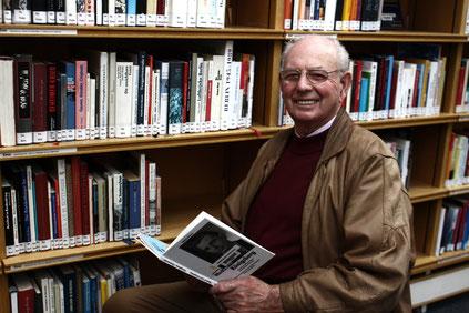 """Portrait von Gerhard Blank in der Stadtbibliothek. Gerhard Blank entdeckt sein Buch """"Weckruf nach Königsberg"""" in der Stadtbibliothek Wolfsburg."""