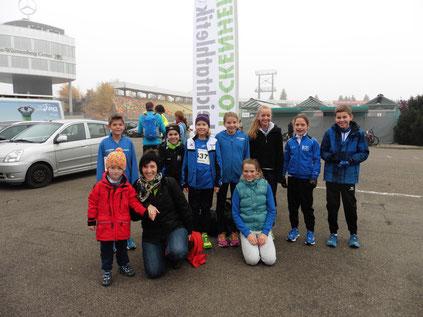 Treffpunkt an der Vereinsfahne...die DJK-Läufer/innen für den Bambini- und Schülerlauf fiebern ihrem Start entgegegen...