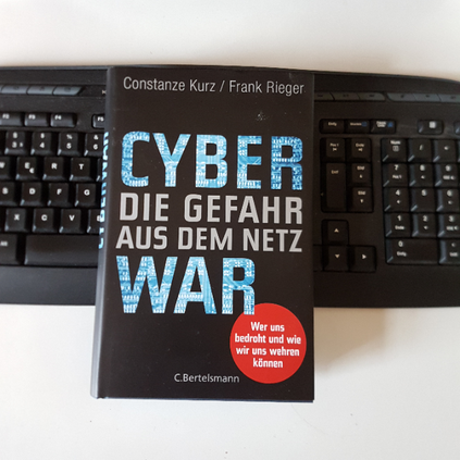 Eva Wlodarek - Buchrezensionen - Constanze Kurz Cyberwar. Die Gefahr aus dem Netz