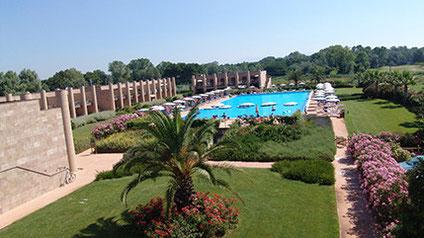Am Strand von Tirrenia ziehen die praktischen Zimmer dieser Anlage besonders im Sommer Sonnenanbeter an.