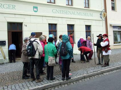 Begrüßung vor dem Museum