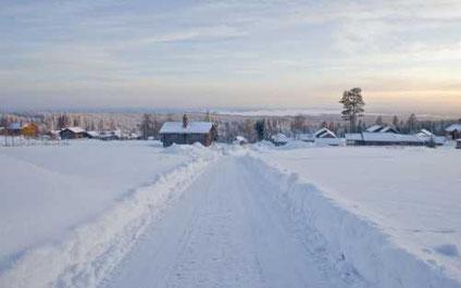 snöig väg in till by