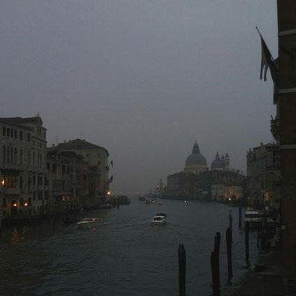 """""""Было самое начало карнавала, и вся Венеция была заполнена людьми в костюмах. Особенно здорово стало под вечер. Идешь-идешь извилистой улочкой, поворачиваешь – и натыкаешься на высокого молчаливого мужчину в полумаске и черном плаще в пол"""""""