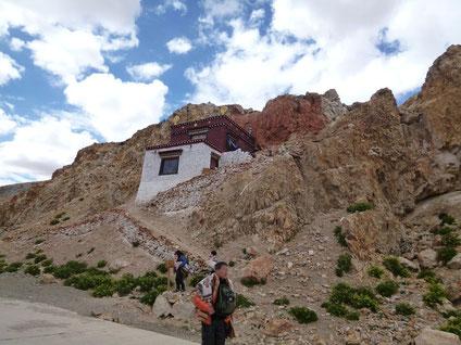 聖者が瞑想されてた洞窟に屋根をつけてお堂とされています。