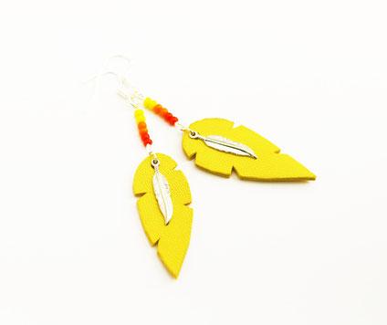 sarayana, création bijoux, bijoux cuir, boucle d'oreille plume, boucles d'oreille jaune, bijoux jaune, bijoux fait main, plume de cuir