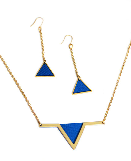 créations bijoux- créateur bijoux- bijoux fait main-bijoux cuir- créateur bijoux cuir- création bijoux- -sarayana-handmade jewelry-leather jewelry-bijoux de créateur- boucles d'oreille cuir- boucles d'oreille bleu électrique-boucles d'oreilles triangle
