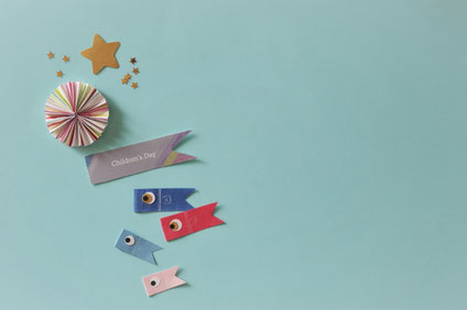 アジサイの花と紅茶の入ったカップ&ソーサ。