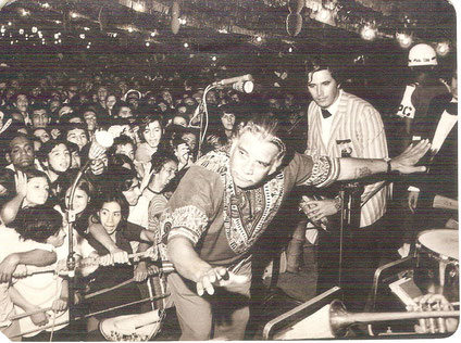 """1971, Daniel en la Feria de Cali, dirigiendo la orquesta que lo acompañó, en este caso """"La Sonora del Caribe"""" de César Pompeyo.  Foto Carlos Molina."""