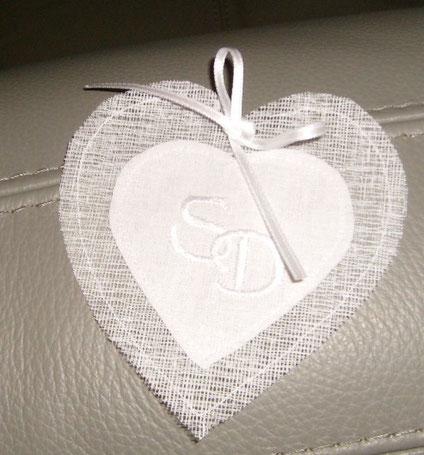 coeur  en tarlatane avec vos initiales brodées pouvant reçevoir dragées