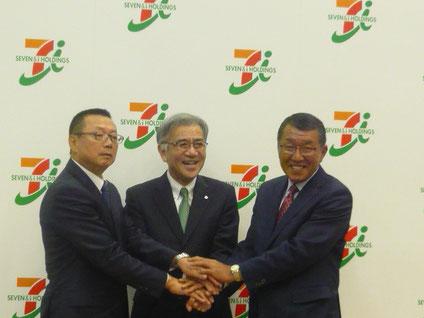 左から後藤副社長、井阪社長、セブン―イレブン古屋社長