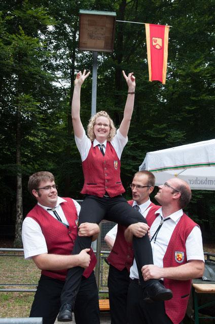 Hampelmannkönigin Verena Walkowski vom Kolping Blasorchester ließ sich nach ihrem entscheidenden Schuss feiern.