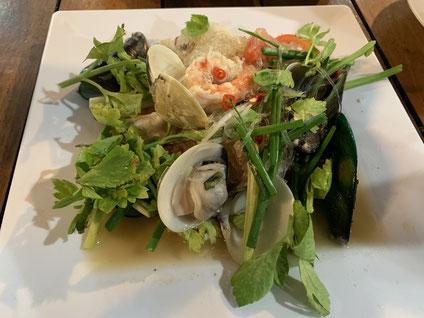 シーフードレストランで注文した海鮮料理