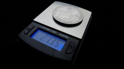 Die plumpe chinesische Eisenfälschung des silbernen 5-Pesetas-Stückes von 1871 ist viel zu leicht und weicht über 3,5 Gramm vom Soll (25 g) ab.
