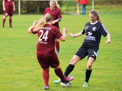 Larissa Henss (rechts) setzt sich erfolgreich gegen ihre Gegenspielerin  vom FFC Pohlheim durch