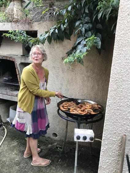 Eliane à la manoeuvre avec les gambas à la Provençale