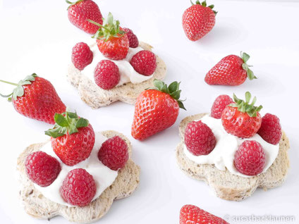 Chia-Samen-Toast mit Quark und Erdbeeren