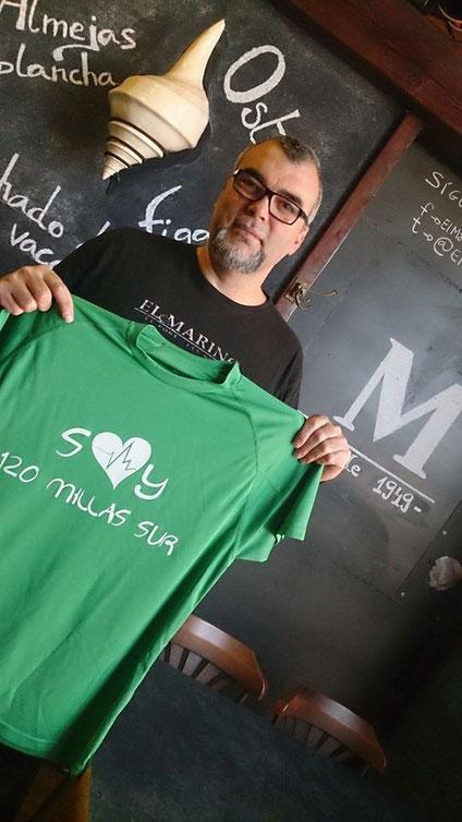 Manuel Gregorio (El Marino Port) posando con la camiseta con la que recaudar fondos para luchar contra el cáncer