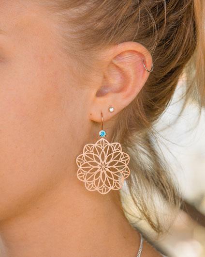 fata-morgana-floral-ornament-ohrringe-blauer-zirkon-rosegold-pauline-herzog-ohrschmuck-goldschmiede-atelier-herzog