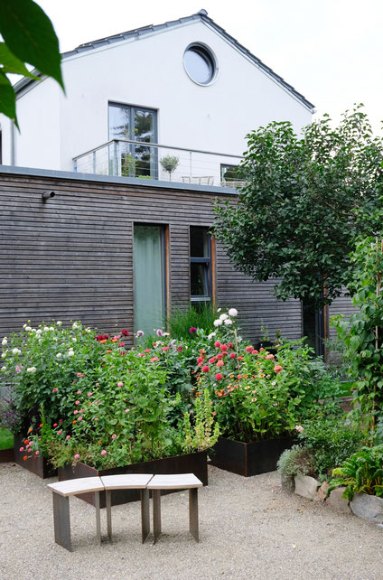 dieartigeGARTEN // August Garden - high beds with dahlias / Knie-Hochbeete mit Dahlien + Hocker aus Stahl & Holz
