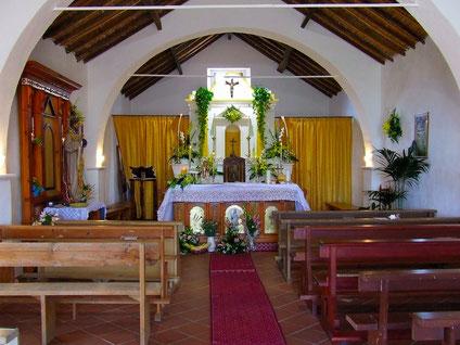 Interno della chiesetta campestre.