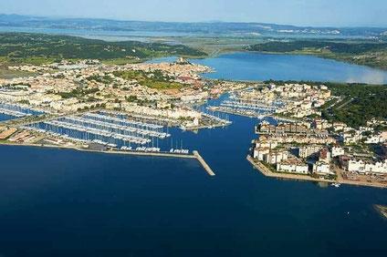 Bild: Blick auf Gruissan mit Hafen, und Étang de Gruissan