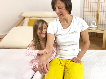 Shiatsu für Kinder Klopfübung gegenseitig abklopfen