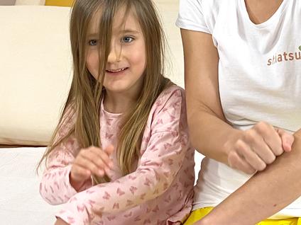 Shiatsu für Kinder Klopfübung gemeinsam den Körper aktivieren