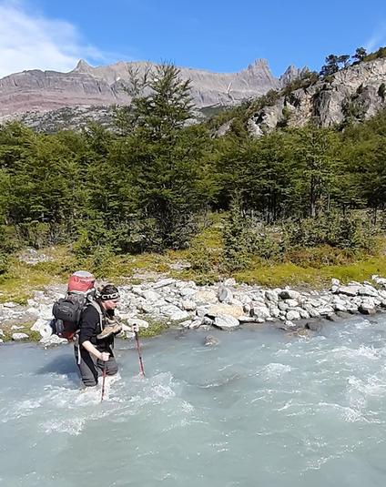 Bei Flussquerungen geht man schräg gegen die Strömung, das Gepäck muss man im Notfall schnell abwerfen können.