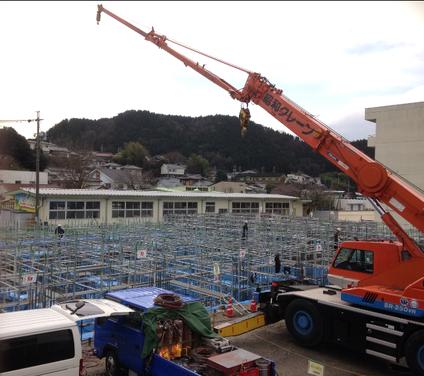 昭和小学校の体育館を造っています 25tラフタークレーンが活躍中!