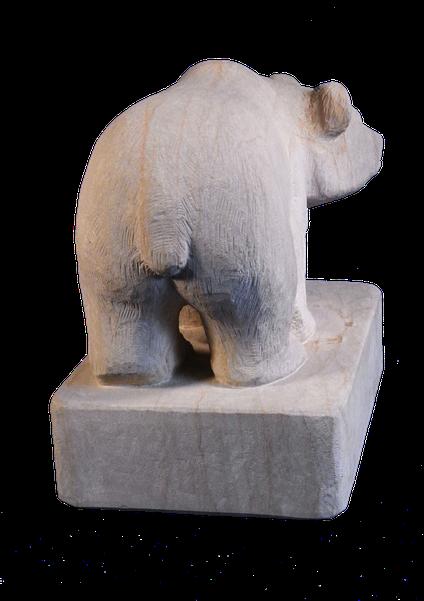 Bär aus Sandstein. Gartenskulptur in Form eines Bären aus Naturstein. Bär. rötlicher Sandsteinbär.