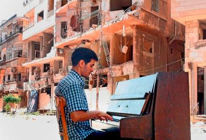 Ayham Ahmad spiller i ruinerne af Yarmouk