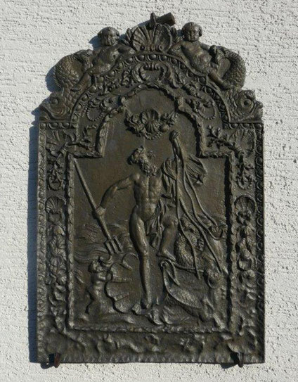"""Picture: Fireback """"Poseidon"""" dating back to the 18th century, mounted on a rustically plastered wall."""