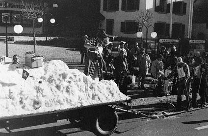 Ettingen als Wintersportort, mit importiertem Schnee: Sujet an der Fasancht 1988 (Foto: D. Stöcklin)